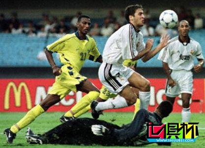 2000年首届世俱杯揭幕战 皇马3-1轻取纳赛尔