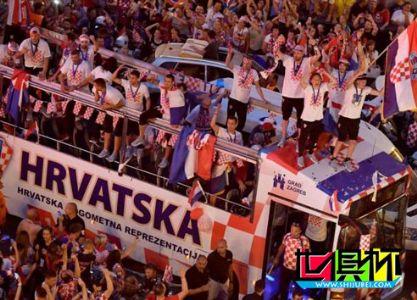 """克罗地亚庆祝玩嗨了:悍将从大巴跌落 过桥""""限高""""成难题"""