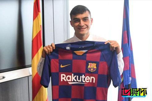17岁的西班牙年轻边锋佩德里与巴萨完成新赛季首签