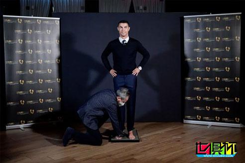 C罗正式被颁发2020年金足奖,在冠军大道上成功留下脚印