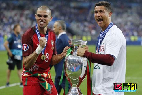 佩佩在接受欧足联官网采访时表示C罗是世界上最好的球员