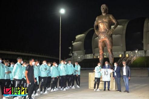 马拉多纳雕像揭幕,预选赛阿根廷战平智利,梅西破门向球王致敬